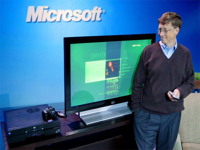 Bill Gates mit der XP Media Center Edition 2005